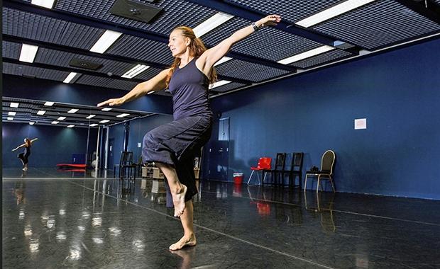Vantaan tanssiopiston rehtori Merja Snellman tanssisalissa tanssimassa