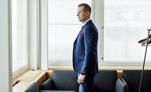 Metsäteollisuuden Jukka Sarhimaa työpaikallaan