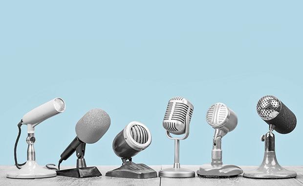 kuvituskuva, jossa tasolla vieri vieressä paljon erilaisia mikrofoneja